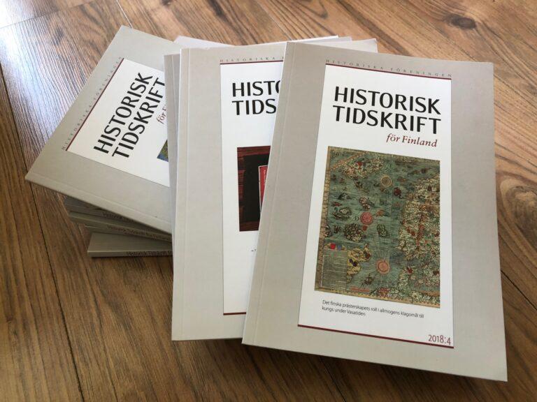 En hög av exemplar av Historisk Tidskrift för Finland.